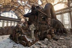 """La suite de mon album """" abandonné """", avec cette fabuleuse machine, sans nul doute une centrale électrique, abrité par une non moins fabuleuse verrière ... Les vestiges d'une monstre extra terrestre peut être ..."""