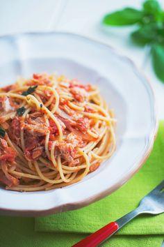 Spaghetti al tonno: il classico piatto dell'ultimo minuto che non delude mai. Noi li adoriamo!  [Spaghetti with tuna and tomato sauce]