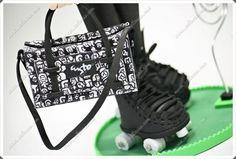Fofucha con patines y bolsa de deportes en goma eva y pintada a mano  www.xeitosas.com