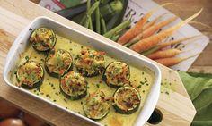 Gefüllte Zucchinirädchen (Low Carb): Zucchini in 3-4 cm breite Stücke schneiden, mit einem Apfelaushöhler bis auf einen 4-5 mm dicken Rand aushöhlen, innen ...