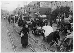 Exodus of populations before the German advance in northern France, 1914 Photographer: unknown