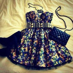 I looove this dress! With a sempiternal necklace and black studded heels. Perfecto!:)