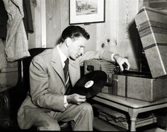 Some beautiful shots of iconic film and music stars listening to their vinyl collections. These are worthy of a frame, enjoy our famous record listeners. Golden Age Of Hollywood, Classic Hollywood, Old Hollywood, Hollywood Music, Vinyl Music, Vinyl Records, Hawaii Pictures, Jazz, Music Machine