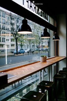 Cafe Kraft, Berlin --> Tablettes de part et d'autre de la porte d'entrée --> tabourets retro métal, de couleur vive --> suspensions indus