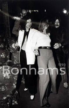 Jimmy Page and John Bonham of Led Zeppelin with Pamela des Barres at the Chat Noir club, Stockholm, March 1973 Pamela Des Barres, Led Zeppelin, Great Bands, Cool Bands, Famous Groupies, Classic Blues, John Paul Jones, John Bonham, Joan Jett