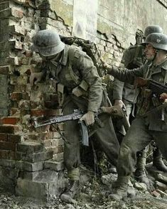 Wehrmacht troops in a street battle some time after (No Information) # Military Diorama, Military Art, Military History, German Soldiers Ww2, German Army, Ww2 German, Pin Ups Vintage, Germany Ww2, Special Forces