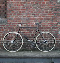 Der Pathracer ist ein Komplettaufbau eines alten Peugeot Rahmens. Hier wurden alte stilvolle Elemente mit neuester Technik kombiniert. Schaltung, Bremsen und Dynamo sind in die Naben verlegt. Das Ergebnis ist ein sehr hochwertiges und klassisches Design ohne auf Funktionalität und Sicherheit verzichten zu müssen. Preis ohne Lieferung 650,-€ Gepäckträger restauriert 50,-€ Lieferung per Hermes 40,-€ Verkauft