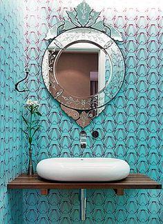 Um item simples e fundamental: Quem vive sem um espelho no banheiro, não é ? Por isso ele merece um post! Além da funcionalidade, ele ajuda a iluminar,  dá maior sensação de espaço e embeleza, podendo ser o ponto focal do banheiro ou lavabo...