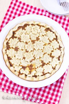 Maple Leaf Pumpkin Pie: wow your family with this beauty at the end of Thanksgiving dinner! (vegan)