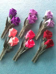 BROCHE DE FIELTRO CON ROSAS, VARIOS COLORES Felt Roses, Felt Flowers, Fabric Flowers, Felt Angel, Fabric Origami, Felt Fabric, Creative Crafts, Felt Crafts, Weaving