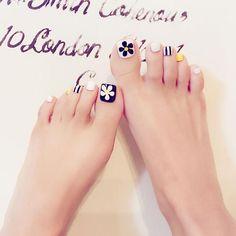 24 pcs cute black, white, yellow false toe nails for women Uñas Decoradas ? Pretty Toe Nails, Cute Toe Nails, Pretty Toes, My Nails, Feet Nail Design, Toe Nail Designs, Acrylic Toe Nails, Toe Nail Art, Yellow Toe Nails