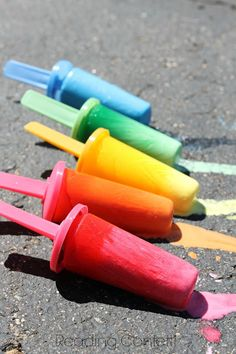 7 different ways to make ice chalk - the perfect activity for kids on a hot summer day via Reading Confetti