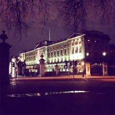 Walking past old Bucky P on my way home #HeyQueenie #AlrightLiz #BuckinghamPalace #tourist #view #walk #walkhome #commute #GreenPark #royal #London #famous #landmark #Britain #royalfamily #queen #evening #mondaynight #photo #instagram #instaphoto #dark #city #Westminster by gsejones