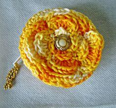 Porta moedas em crochê; tipo de flor em três pétalas, miolo de botão, fechamento em zíper e correntinha o pingente. <br>Três unidades disponíveis nas cores vermelha, amarela e verde.