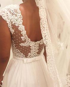 Detalhe super romântico do vestido da Caroline! ❤️ Amo... #sobmedida #noiva #casamento #noivasdastephanie #noivalinda #vestidodenoiva #wedding #weddingdress #handmade #altacostura #hautecouture
