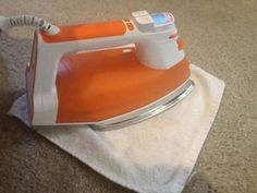 Mische Wasser und Essig im Verhältnis 2:1 und benetze die betroffene Stelle mit der Flüssigkeit. Lege einen feuchten Lappen darauf und bügele darüber. Das Resultat wird dich begeistern.
