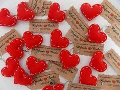 Corações de feltro com tags em papel craft. Boa idéia para lembrancinhas