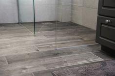 Een mooie landelijke badkamer met inloopdouche. Let vooral op de prachtig vloer. Dit zijn keramische tegels die eruit zien als eeuwenoude parket. Landelijke looks, maar hedendaagse techniek en kwaliteit. Dit telt ook voor het kraanwerk van Hansgrohe Axor dat we gebruikt hebben. De kranen zien er klassiek en landelijk uit, maar binnenin …