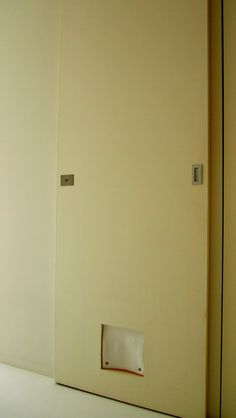 居室と洗面所を隔てる引き戸にはネコ扉が。
