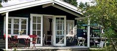 Minihuset. Det lille sommerhus består af et enkelt rum på 4 x 4 meter og er stort set bygget af genbrugsmaterialer. Udvendigt er huset malet...