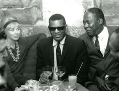 Ray Charles at the Chat Qui Pêche in Paris, with Raita Johnson and Memphis Slim (May 1962). Photo by Jean-Pierre Leloir.