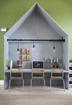 Diy speelhuis met werkplan bureau. Playhouse desk for kids