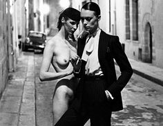 O Helmut Newton (1920-2004) σόκαρε το κοινό με τις φωτογραφίες του, απεικονίζοντας με έντονα προσωπικό στιλ την ομορφιά και τον αισθησιασμό των γυμνών γυναικών μοντέλων του. Επιτέλους φιλοξενείται στην Αθήνα, στη Στέγη Γραμμάτων και Τεχνών