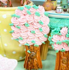 """Priscila Cantinho on Instagram: """"O tronco, a base, a estrutura pra segurar a família bem forte. As flores, o crescimento, a descoberta. As folhas, a aventura, o desbravar…"""" Cupcake Shops, Popsicles, Candy, Fondant, Desserts, Instagram, Guava Fruit, Party Candy, Sweets"""