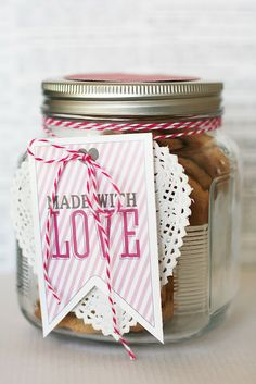 A collection of simple and easy DIY / Homemade Valentine's Day gifts that can be personal and very thoughtful. Perfect for last minute gifts. Valentines Bricolage, Be My Valentine, Valentine Gifts, Free Printable Tags, Free Printables, Cookie Packaging, Love Is Free, Jar Gifts, Homemade Gifts