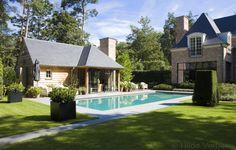 buitenzwembad, betonnen zwembad met poolhouse in landelijke stijl | De Mooiste Zwembaden