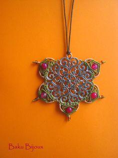 """Ciondolo Mandala ispirato da un progetto di Alessandra Marchetti  Il termine mandala significa cerchio o centro. I Mandala rappresentano il simbolismo magico dell'Universo, nella costruzione entro """"il cerchio eterno"""" della ruota della vita.  Diffuso nella maggior parte delle religioni, riconducono l'uomo al Creatore, al Divino: Greci, Egizi, Navaho e i monaci buddisti tibetani hanno costruito Mandala, che rappresentano l'illusione della vita terrena e, in alcuni casi, la filosofia karmica."""
