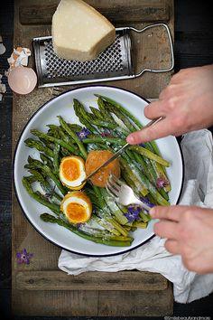 Uova fritte con asparagi-Fried eggs with asparagus