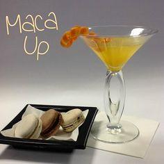 """Cocktail Alcolico """"Maca Up""""  Ingredienti: Vodka (1 ¾ oz) Amaretto di Saronno ( ¼ oz) Galliano ( ¼ oz) Orzata Syrup ( 1 Bar Spoon) Arancia Spremuta ( ¼ oz)  Tecnica di Preparazione: Shake & Double Strain. Versare tutti gli ingredienti in uno shaker, agitare energicamente e filtrare con uno strainer e un passino a maglie fini nella coppa precedentemente raffreddata.  Bicchiere: Coppa Cocktail  Guarnizione/Accompagnamento: Twist di Arancia e 2 Macarons.  http://www.planetone.it/914/"""