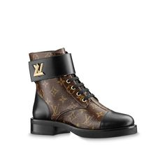 Louis Vuitton Wonderland Flat Ranger: Our must-have ranger boot, accessorized with the LV Twist buckle seen on leather goods, is declined this season on iconic Monogram canvas. Louis Vuitton Kleidung, Botas Louis Vuitton, Louis Vuitton Combat Boots, Louis Vuitton Rucksack, Luis Vuitton Shoes, Zapatillas Louis Vuitton, Louis Vuitton Shoes Sneakers, Louis Vuitton Wallet, Louis Vuitton Handbags