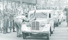 Unter den vielen Autos, die nach dem 9. November 1989 über die DDR-Grenze nach Schlutup kommen, sind auch museumsreife Fahrzeuge. Lübecker stehen Spalier, um die Besucher zu empfangen. BGS-Beamte schützen sich vor den Abgasen der Trabis mit einem Tuch vor der Nase.