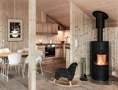 Living and dining room Log Cabin Homes, Cabins And Cottages, Cabin Design, Tiny House Living, Fireplace Design, Cabins In The Woods, Home Staging, Interior Decorating, Sweet Home