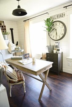 vintage home decor Farmhouse style office makeover - From drab to fabulous farmhouse office. Get decor sources amp; how this office went from an tri-level to the character of a farmhouse. Farmhouse Office, Country Farmhouse Decor, Farmhouse Homes, Farmhouse Style Decorating, Modern Farmhouse, Country Office, Farmhouse Layout, Farmhouse Sinks, Cottage Decorating