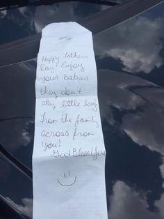 Se quedó embarazada de trillizos un año después una camarera le dio una misteriosa nota a su marido