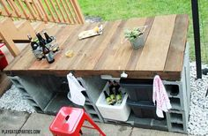Cinder Block Bar Have you always wanted an outdoor bar? Well, you can stop dreaming and start doing. All it takes is stacking a few cinder blocks and cutting a piece of wood or use pallets for the bar top. 40 Ways To Use Cinder Blocks At Home Outdoor Buffet, Diy Outdoor Bar, Outdoor Kitchen Design, Outdoor Dining, Outdoor Shade, Outdoor Pallet, Outdoor Rooms, Cinder Block Fire Pit, Cinder Block Bench