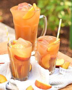 Ist es nicht wundervoll? Endlich zeigt sich der Hochsommer von seiner besten Seite! Sommerlich heiß, ab und an ein ordentliches Wärmegewitter, strahlend blauer Himmel… Es könnte kaum schöner sein! Gerade im Sommer braucht man jedoch viel Flüßigkeit. Und weil immer nur Wasser trinken zwar relativ gesund, aber doch etwas fade ist, gibt es heute bei mir ein Rezept für einen ganz klassischen Pfirsich Eistee – der tatsächlich so schmeckt wie man ihn kennt, jedoch bei weitem nicht so süß ist. Und…