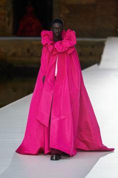 Valentino Fall Winter 2021-22 Haute Couture fashion show 'Valentino Des Ateliers' in Venezia, Italy (July 15, 2021). Star Fashion, New Fashion, Fashion News, High Fashion, Fashion Beauty, Luxury Fashion, Fashion Trends, Fashion Show Collection, Couture Collection