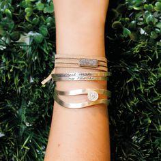 Misturar diferentes formas e tipos de pulseiras deixam o look mais moderno e descontraído. Para as amantes do pulseirismo, essa é a nossa sugestão. #bracelete #prata #pulseirismo #vanessarobert #vanessarobertjoias # joias Nesta foto: Conjunto Highlight: http://www.vanessarobert.com.br/conjunto-de-braceletes-higl… Pulseira Drusa com couro: http://www.vanessarobert.com.br/pulseira-drusa-e-couro