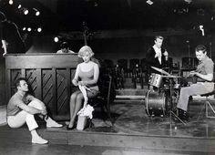 Marilyn Monroe tejiendo en escena de la película musical : Le Milliardaire     -.    Photo Estrellas: George Cukor, Marilyn Monroe  1960