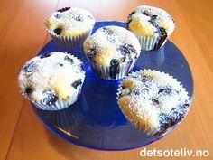 """""""Blåbærmuffins med rømme"""" er kjempesaftige, myke og KJEMPEGODE! Oppskriften gir 18 stk."""