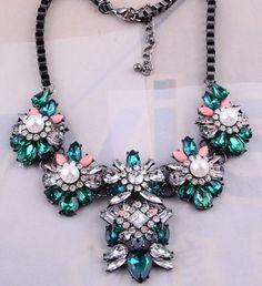 Maxi colar prateado com cristais verdes e rosas