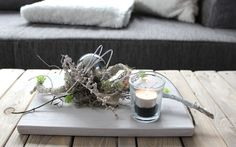 TD59 – Außergewöhnliche Tischdeko! Holzbrett, bebeizt und weiß gebürstet, dekoriert mit natürlichen Materialien, Edelstahlkugel, künstlichen Sukkulenten und einem Teelicht! Preis 34,90€