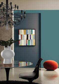 un joli salon avec murs de couleur bleu foncé, quelle peinture lavable choisir pour le salon