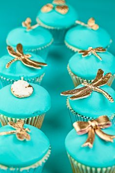Tiffany & gold cupcakes - Is it just me, or does Tiffany Blue lean way toward Turquoise? Gold Cupcakes, Gold Cake, Cute Cupcakes, Wedding Cupcakes, Cupcake Cookies, Turquoise Cupcakes, Tiffany Cupcakes, Delicious Cupcakes, Tiffany E Co