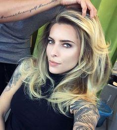 Gerade erst hatte Schauspielerin Sophia Thomalla das neue Jahr mit einer frischen Haarfarbe in Roséblond begonnen, schon überraschte sie ihre Fans auf Instagram wieder mit einem neuen Look.