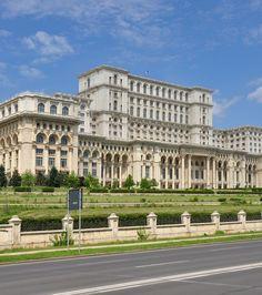 Le palais du Parlement à Bucarest (Roumanie) Le Palais, Construction, Architecture, Road Trip, To Go, Louvre, Photos, Master, Building